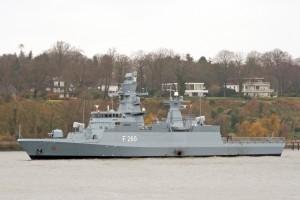 """Die Korvette Braunschweig (F 260) der Deutschen Marine verläßt den Hamburger Hafen am 11. Dezember 2006 zu ihrer ersten Fahrt. Die """"Braunschweig"""" ist Typschiff der Klasse K 130."""