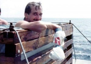 Holger Schmidt mit Gipsarm im Pool
